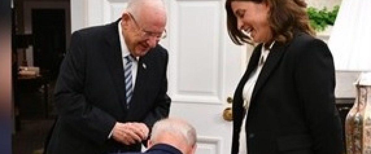 הרגע הנדיר. הנשיא ג'ו ביידן כורע ברך בפני רבקה רביץ (צילום: חיים צח, לע